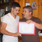 """El joven Adrián Mazpulen, recoge el diploma de Socio de honor de su abuelo """"Maxi""""."""